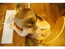 Девочка осваивает компьютер