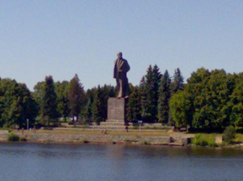 памятник Ленину в Дубне Московской области