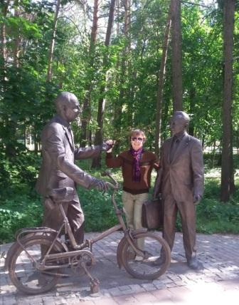 памятник Джелепову и Понтекорво Дубна