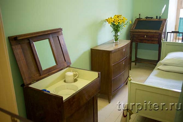 конторка в комнате Пушкина