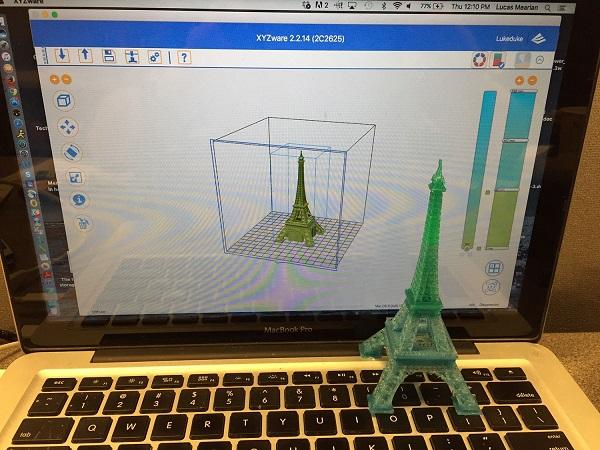 Макет Эйфелевой башни на ноутбуке