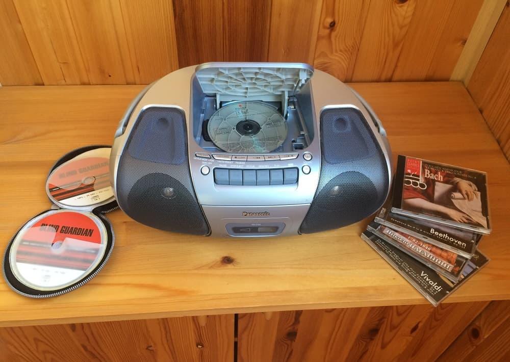 CD диски и музыкальный центр
