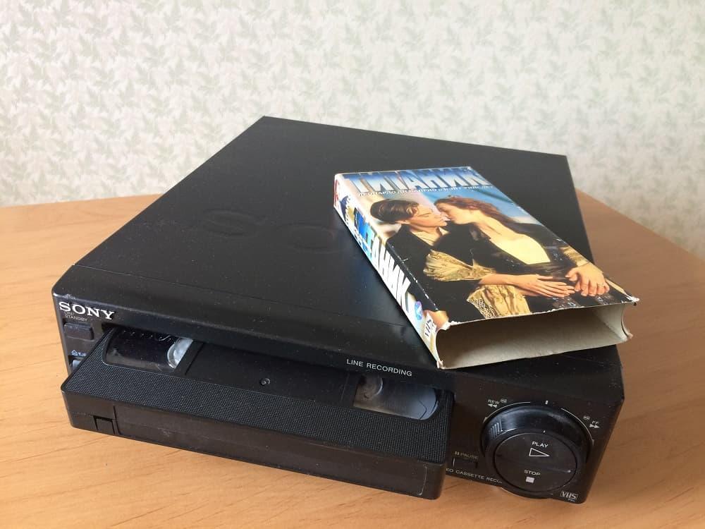 Видео кассета VHS и видеомагнитофон